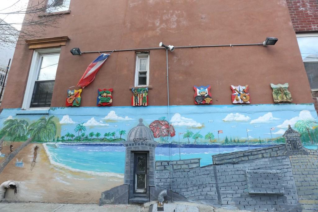 Casa adornada con motivos puertorriqueños en Los Sures.  Mariela Lombard / El Diario.