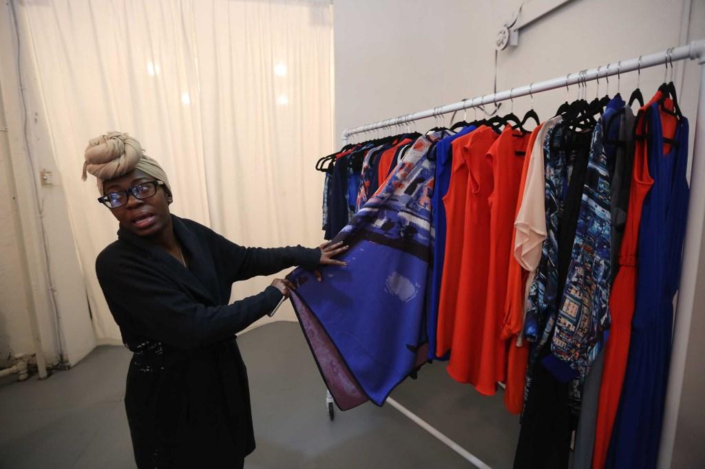 Tatiana Smith vendedora de la boutique y almacén de de accesorios Paula Hernández abierto hace dos meses en el 188 de Broadway. Mariela Lombard / El Diario.