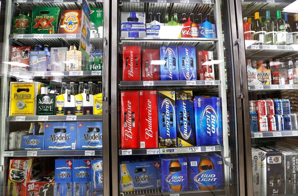 Sale después de 6 horas encerrado en un refrigerador de cervezas… y lo arrestan