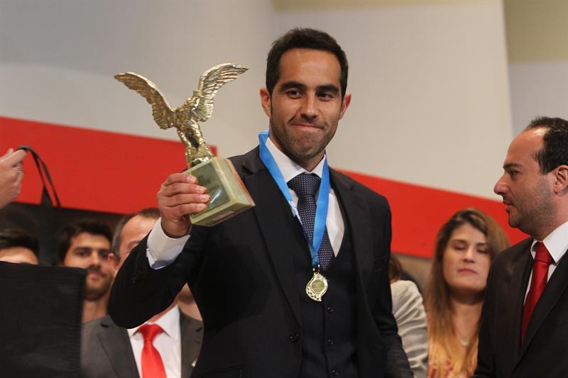 Claudio Bravo es elegido futbolista del año en Chile