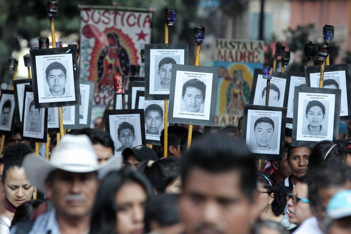 Recuerdan a los 43 alumnos de Ayotzinapa con una marcha en Ciudad de México