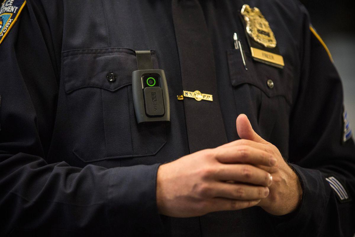El LAPD dio inicio al uso de cámaras corporales como parte de su equipo oficial en 2015.