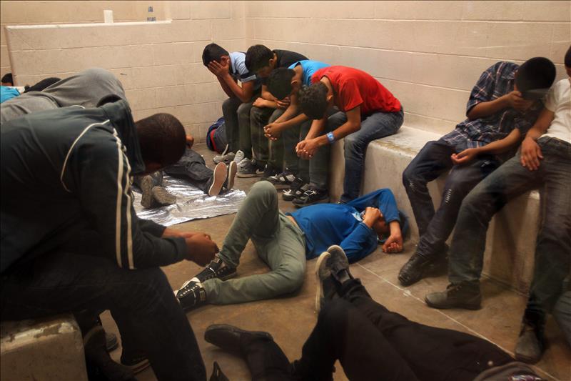 Privan de sueño a inmigrantes en centros de detención como represalia