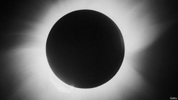 En un eclipse solar registrado en 1919 el científico británico Arthur Eddington comprobó la teoría de Einstein y lo convirtió en un ícono mundial.
