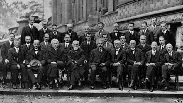 En octubre de 1927 se realizó la conferencia de Solvay, donde Einstein comenzó su lucha contra los físicos cuánticos.