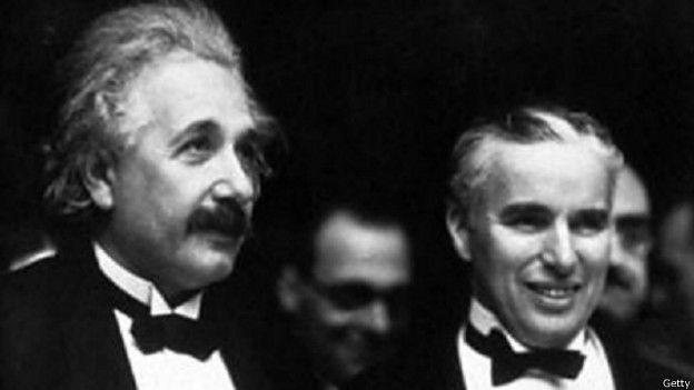 """Dos estrellas. Charlie Chaplin le dijo a Einstein: """"Todos nos ovacionan. A ti porque nadie te entiende y a mí porque todos lo hacen""""."""