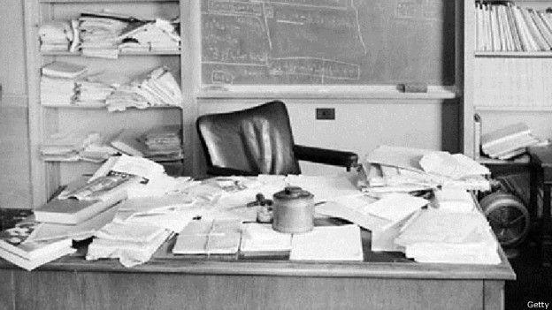 El escritorio del científico pocas horas después de que muriera en 1955.