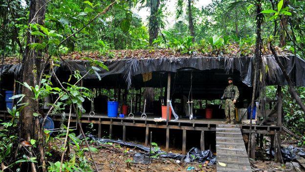 Aunque Márquez niega que las FARC están vinculadas directamente con el narcotráfico, el gobierno constantemente ha acusado a los rebeldes de tener laboratorios clandestinos en la selva.