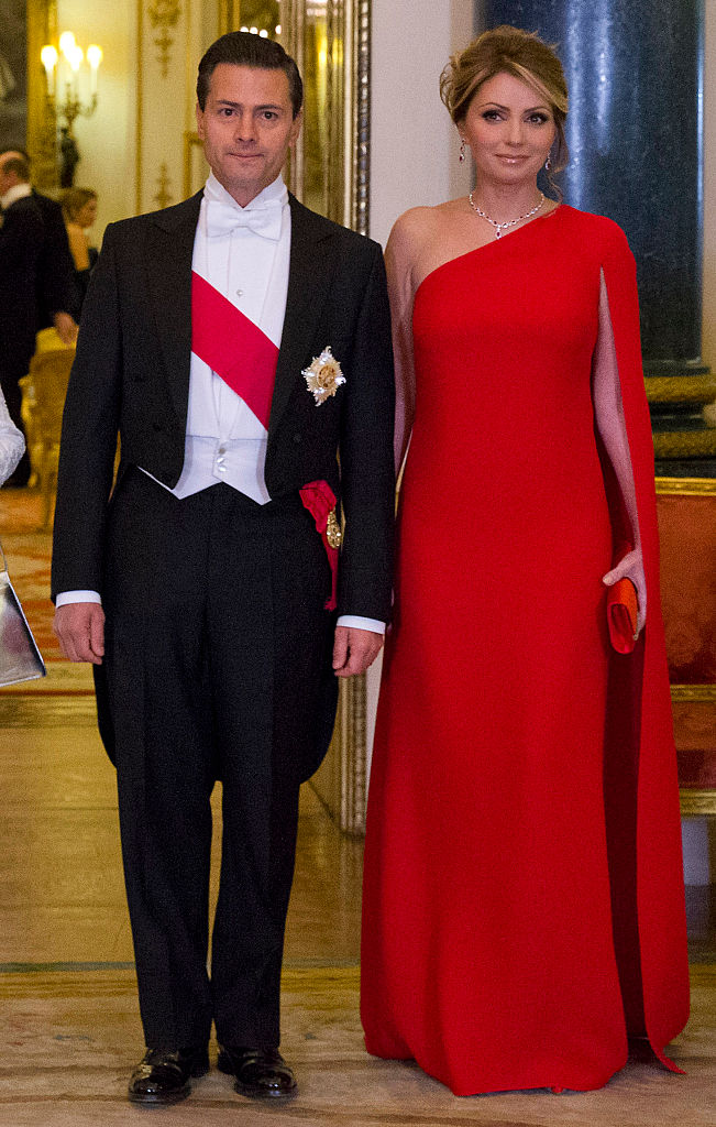 LONDON, ENGLAND - MARCH 03:  Mexican President Enrique Pena Nieto and his wife Angelica Rivera pose for a photograph before a State Banquet at Buckingham Palace on March 3, 2015 in London, England. The President of Mexico, accompanied by Senora Angelica Rivera de Pena, are on a State Visit to the United Kingdom as the guests of Her Majesty The Queen from Tuesday 3rd March to Thursday 5th March.  (Photo by Justin Tallis - WPA Pool /Getty Images)