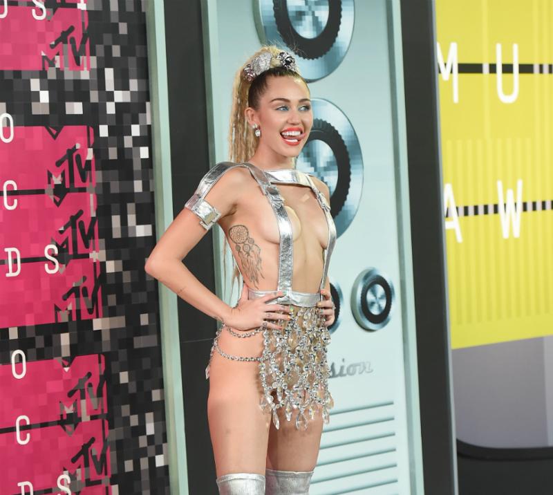 Este atuendo diseñado por Simone Harouche fue uno de los muchos que Miley Cyrus lució la noche de los MTV VMA 2015.