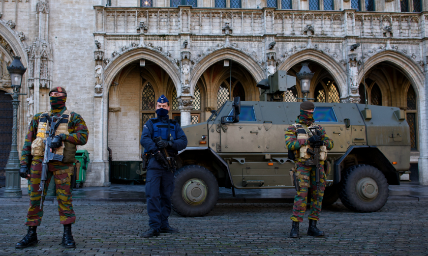 A raíz de esta investigación, la Policía ha incautado varios objetos sospechosos, como vestimenta militar o material de propaganda terrorista.