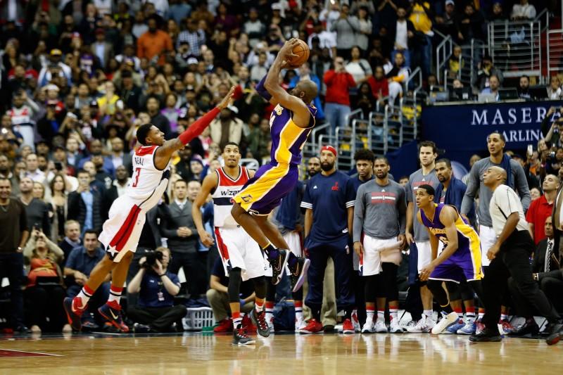 Kobe Bryant dispara sobre Bradley Beal, de los Wizards, para uno de los encestes decisivos en la recta final del partido.