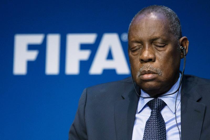 La FIFA se quema y su presidente… dormido