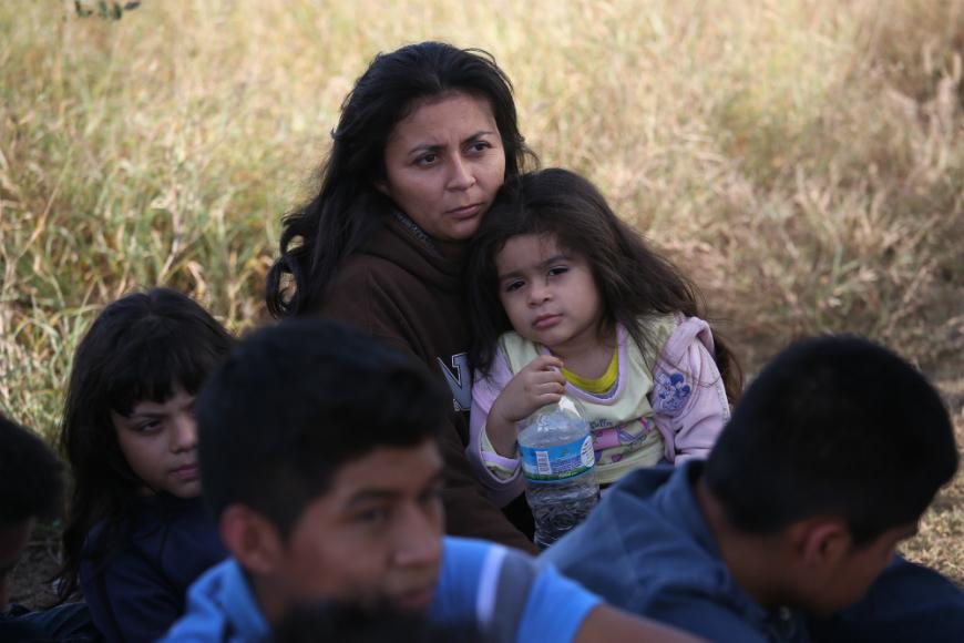 Una madre hondureña sostiene a su hija de 3 años, después de entregarse con su familia a los agentes de la Patrulla Fronteriza el 8 de diciembre de 2015 cerca de Rio Grande City, Texas.