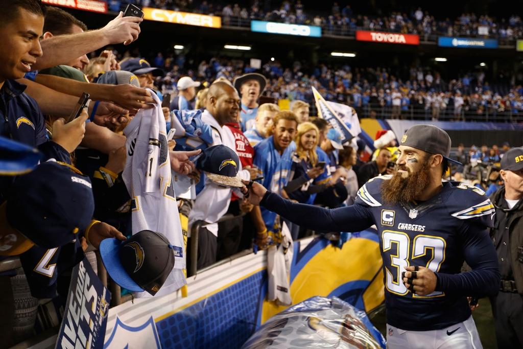 Eric Weddle, uno de los jugadores más emblemáticos de los Chargers, firma autógrafos y se despide de los fans en el partido final del equipo en la temporada.