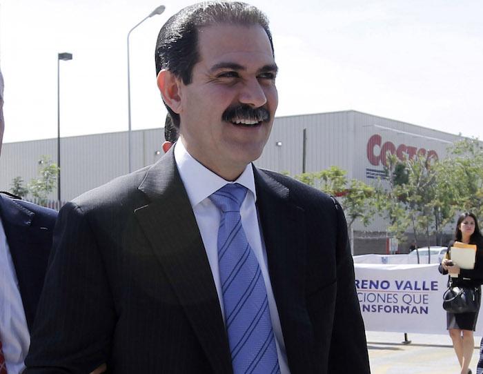 Policía revisa oficinas de Padrés tras hallar a empleado con millones