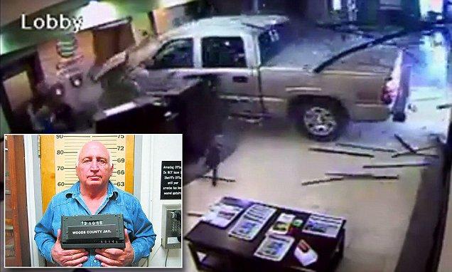 Rechazan su tarjeta y estrella camioneta contra hotel (video)