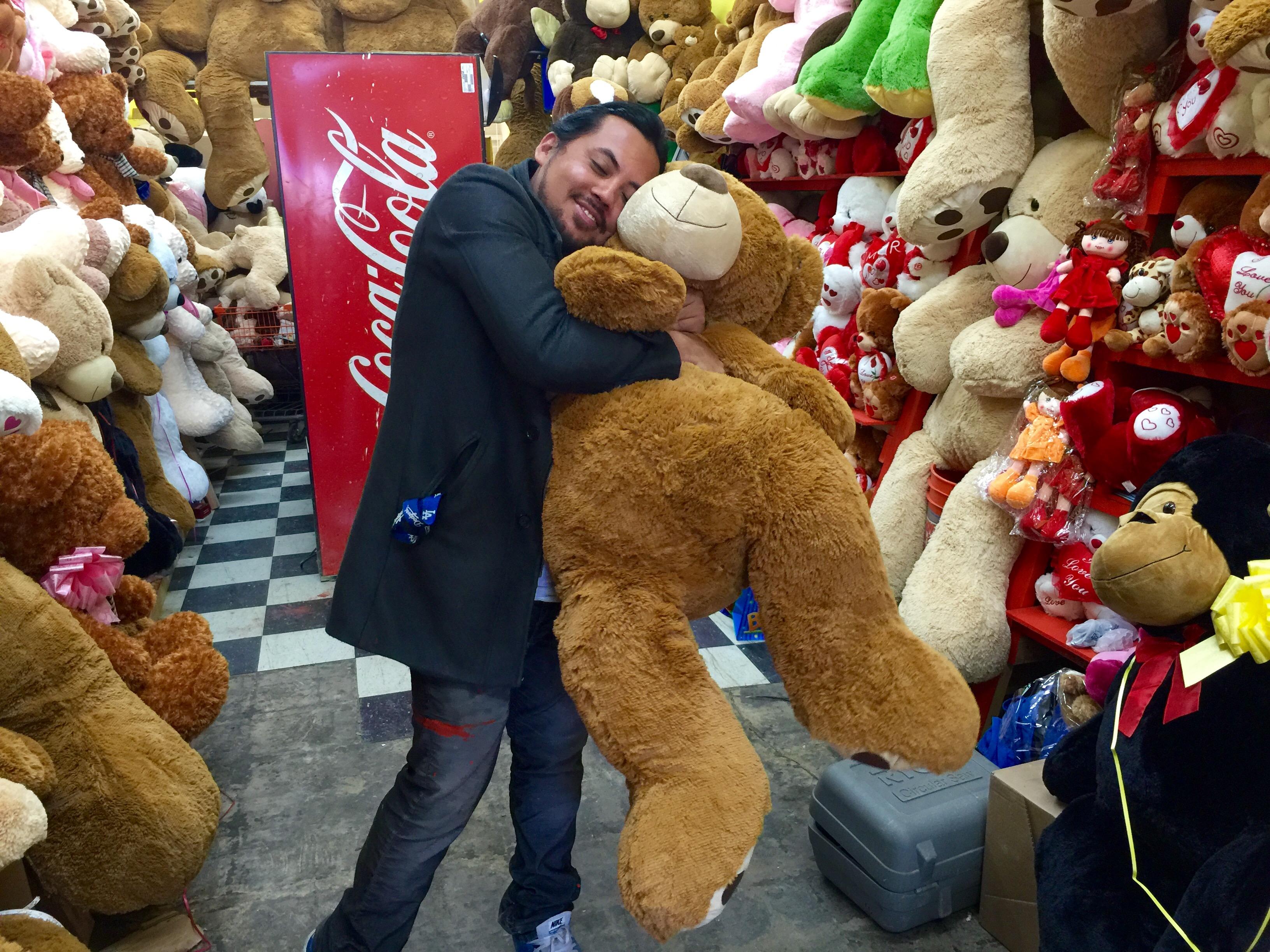 Joshua Montalvo está feliz de haber abierto un negocio de osos de peluche gigantes en el sur de Los Ángeles para comenzar a dar una imagen positiva al área donde vive. (Araceli Martinez/La Opinión).