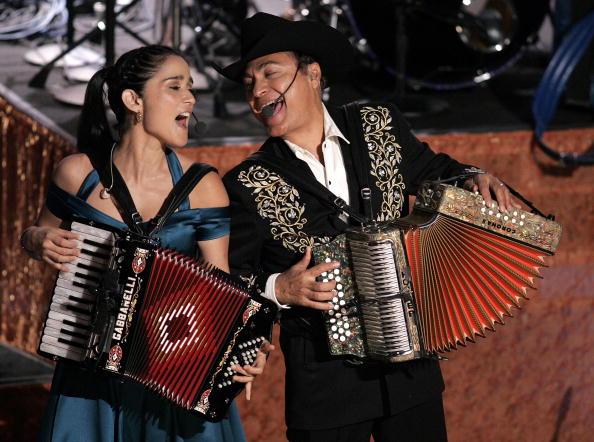 Julieta Venegas y Jorge Hernández de Los Tigres del Norte tienen esperanzas de llevarse otro gramófono a casa el 15 de febrero.