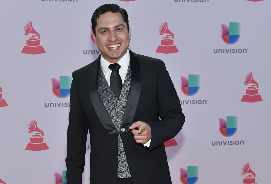 """Julión Álvarez estrena video de """"Más Te Recuerdo"""""""