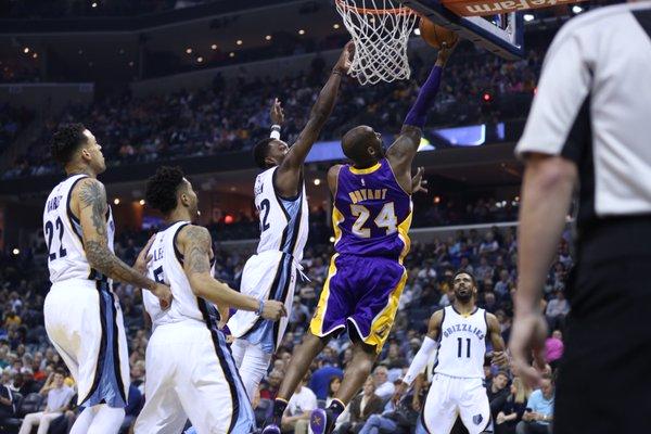Lakers sin puntería caen en Memphis