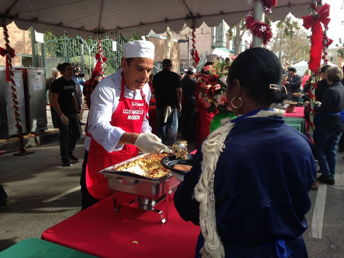 Celebran la Navidad en Skid Row con los más necesitados