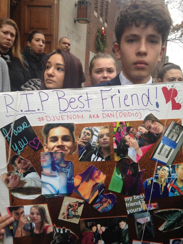 Nicolás Fidissov, amigo de la infancia de Jaramillo lleva un cartel en el que se le hace homenaje al joven que murió en Queens tras ser atropellado.