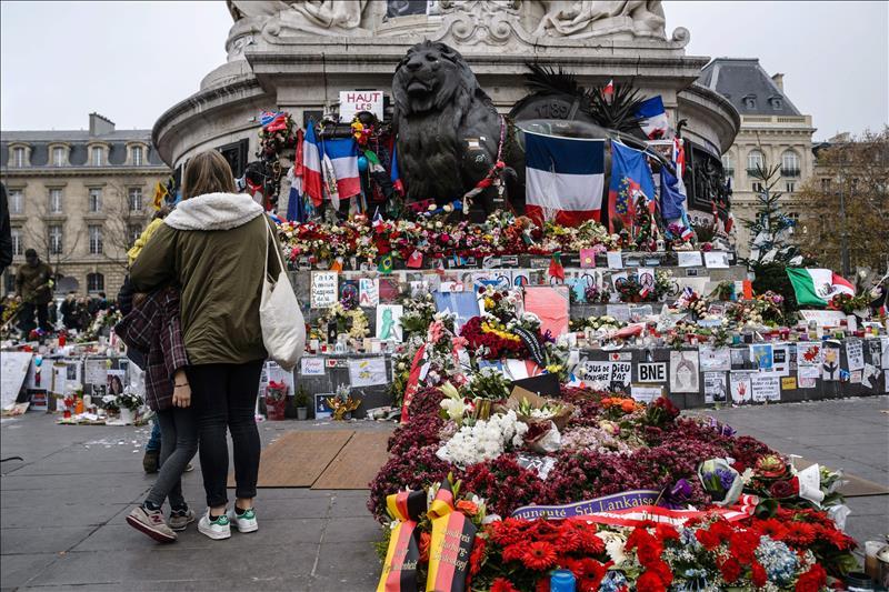 Francia recuerda los atentados de París un mes después de la masacre (FOTOS y VIDEO)