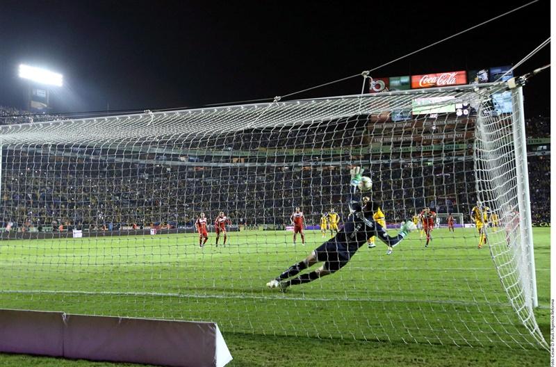 Talavera se queda con el balón en el penalti tirado por Juninho.