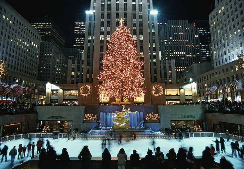 El árbol de Navidad del Rockefeller iluminado con colores de la bandera de Estados Unidos en honor a las víctimas del 11-S en diciembre del 2001.