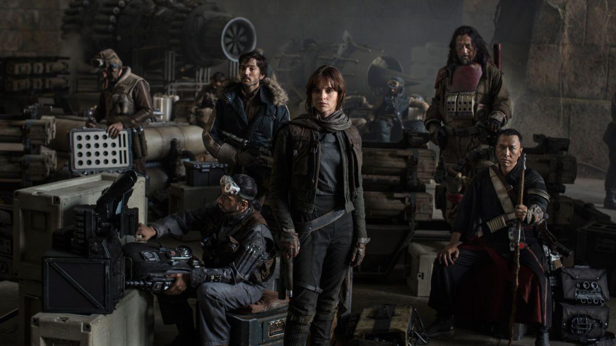 El reparto completo de 'Rogue One', con Diego Luna, detrás, a la derecha de la actriz Felicity Jones.