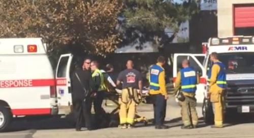 Paramédicos y bomberos atienden a heridos en tiroteo de San Bernardino.