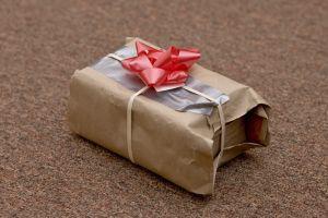"""Ex esposa deja una caja de """"regalos"""" en el porche de la nueva novia de su ex"""