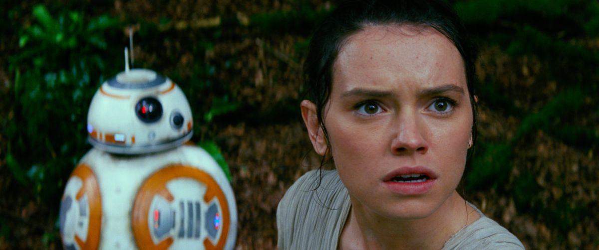 'The Force Awakens' está protagonizada por Daisy Ridley, en la imagen junto al droide BB8.