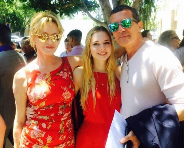 A pesar de la separación, los orgullosos papás acudieron a la graduación de su hija pequeña el pasado verano.
