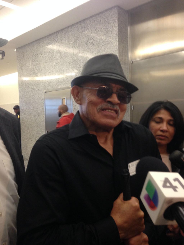 William Vasquez (65), hablando sobre su declaración de inocencia. Vásquez perdió su visión en la cárcel.