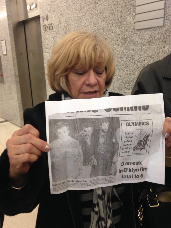 Una familiar de Villalobos sujeta un recorte de periódico de los años 80 en el que se muestra a los tres hombres.