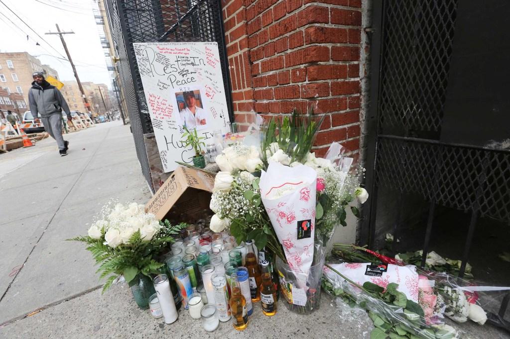 El memorial preparado para rendir homenaje en la Avenida Decatur permanece con velas, flores y botellas de cerveza en la mañana del Sabado Enero 2 de 2016. 6 hombres atacaron al mexicano Hugo Galindo de 24 el jueves en la madrugada en la Avenida Decatur en el area de Norwood en el Bronx. Foto Credito: Mariela Lombard / El Diario.