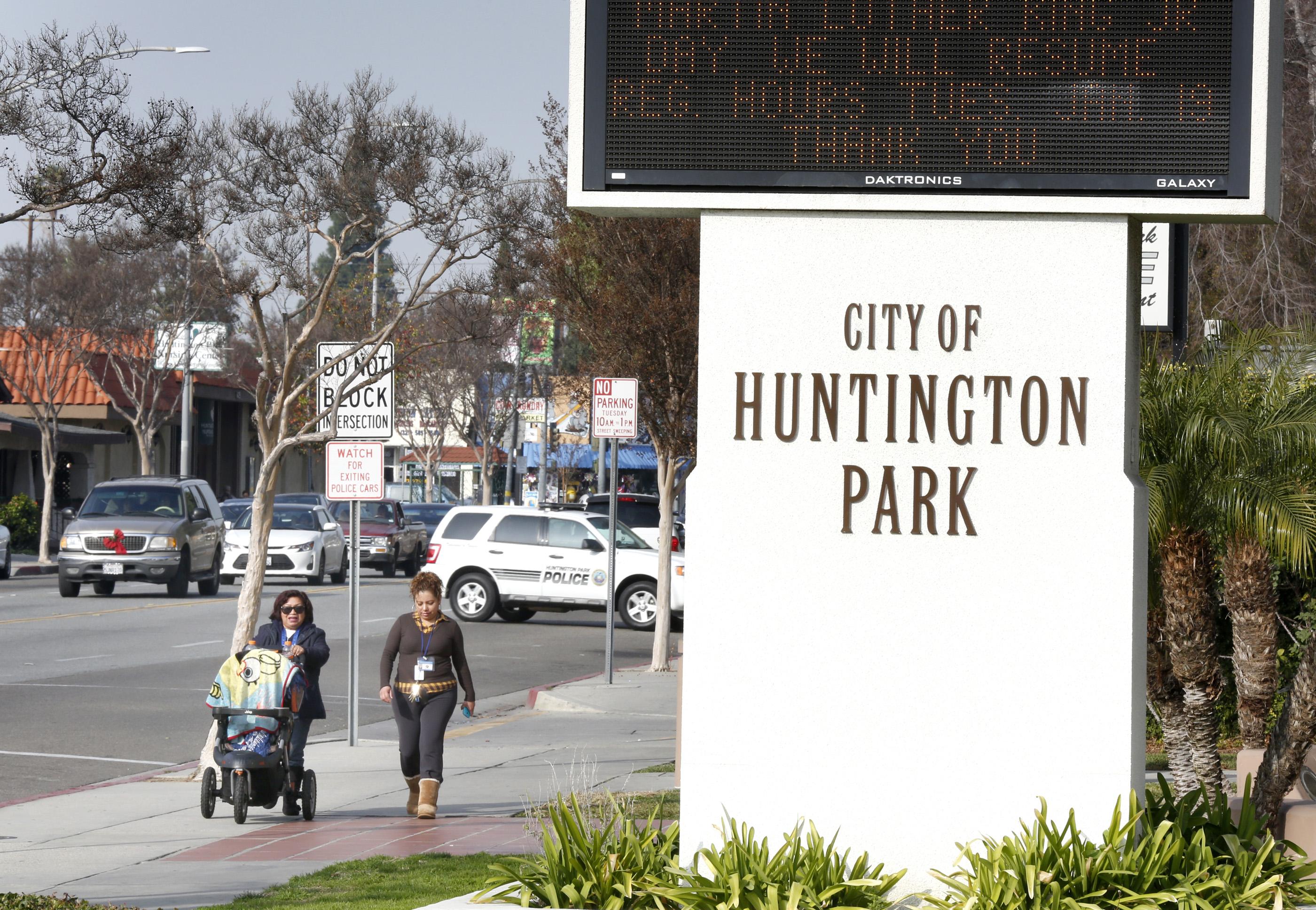 Residentes de Huntington Park han pedido una elección para destituir a varios concejales de esa ciudad. /AURELIA VENTURA