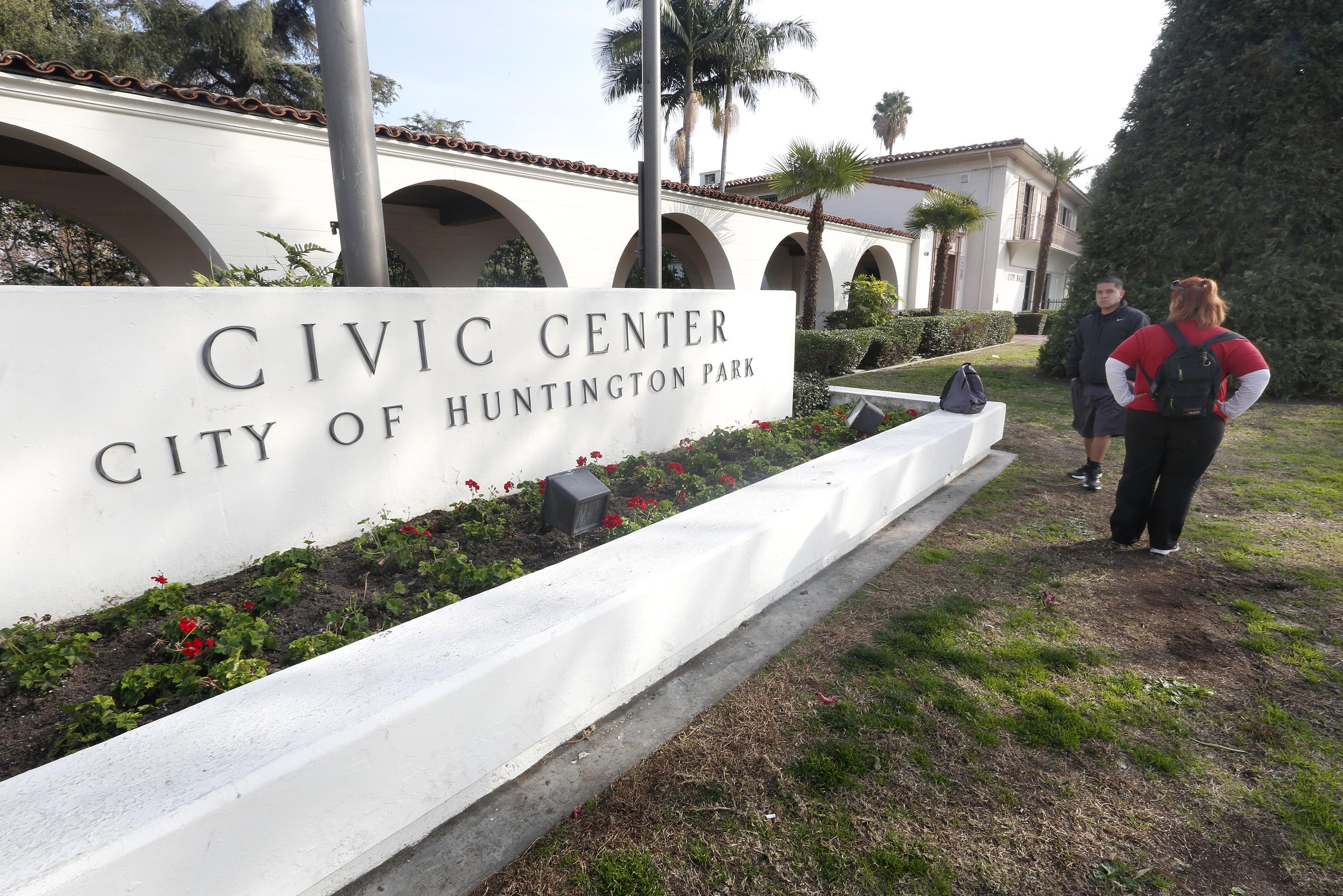 Un grupo de personas han pedido destituir a cuatro de los cinco concejales en el Cabildo de Huntington Park. /AURELIA VENTURA