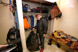 Un clóset es la única opción de vivienda para un inmigrante de LA