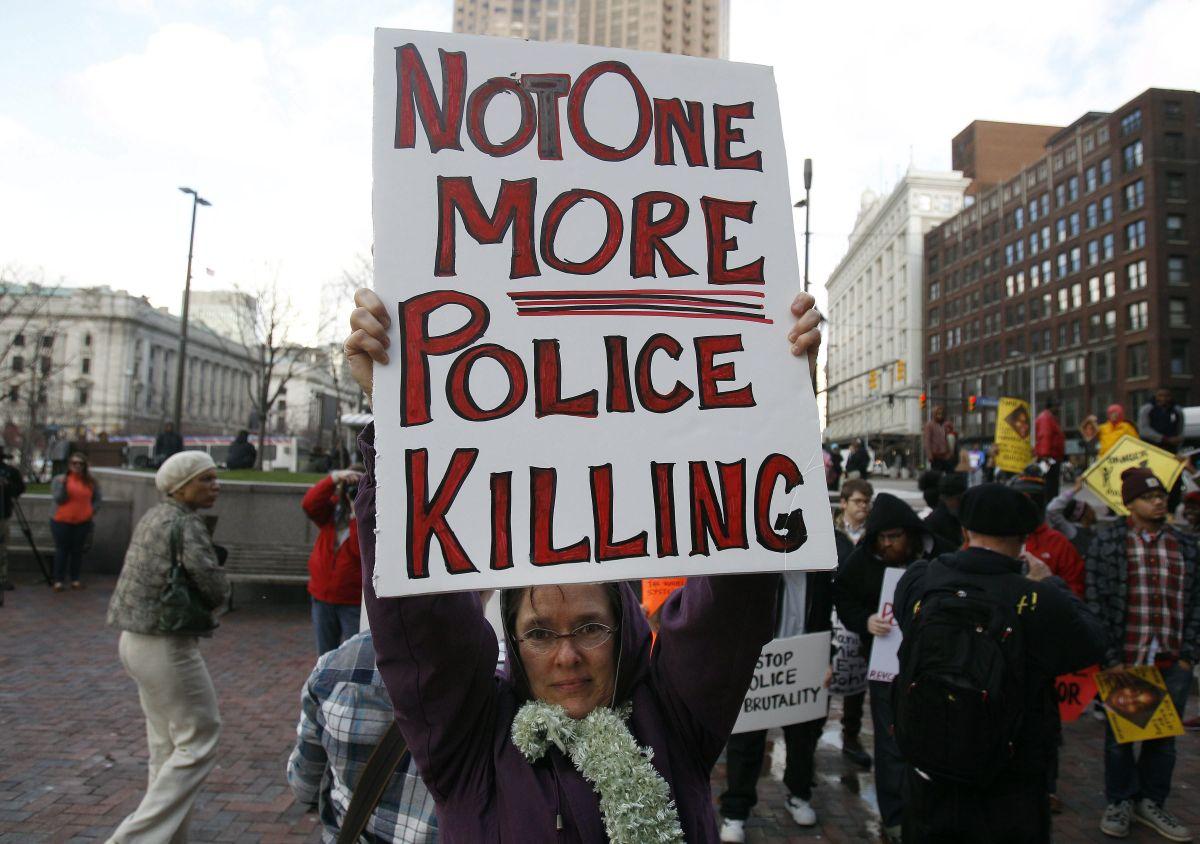 Manifestantes protestan contra el abuso policial en Cleveland.