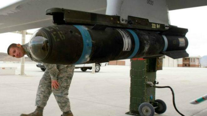 El modelo Hellfire es un misil guiado con láser y que se dispara desde helicópteros o drones y suele utilizarse como un arma antitanques.