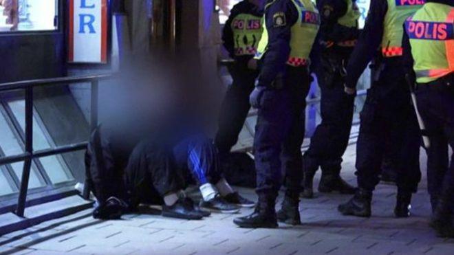 Por qué se están formando pandillas de enmascarados para atacar a los migrantes en Suecia