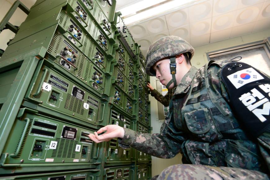 Soldados surcoreanos ajustan los equipos de transmisión de una sala de control en la frontera intercoreana.