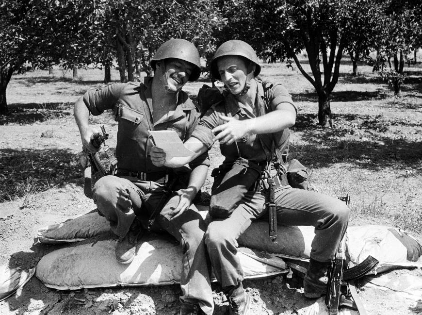 Fotografía facilitada por el ruso Valeri Anisimov (d), presidente de la Unión de Veteranos de Siria, en 1983, como soldado con las tropas rusas en Damasco para prevenir una guerra con Israel.