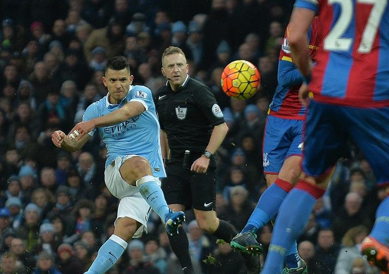 Manchester City golea y empata la cima de la Premier League con Arsenal y Leicester