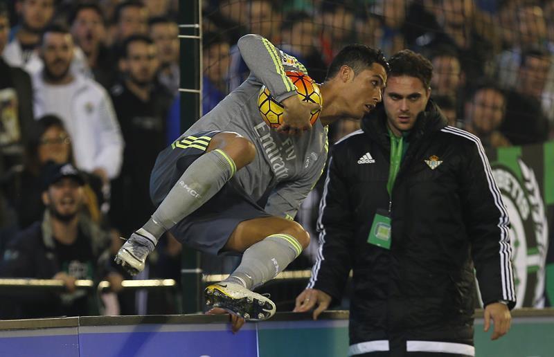 Una vez más Cristiano patea a un rival sin balón