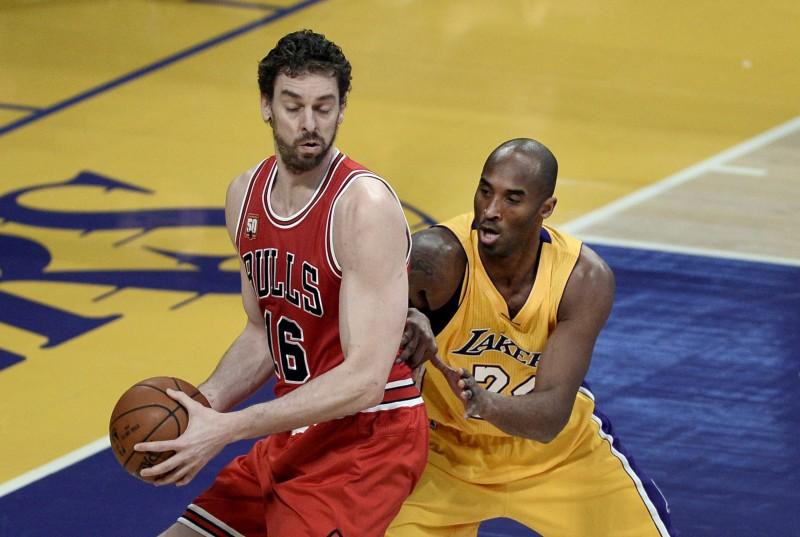 Kobe y Gasol se funden en un abrazo en su último encuentro en Los Ángeles