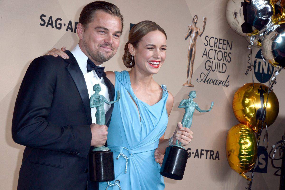 """Leonardo DiCaprio (i) y Brie Larson (d) celebran sus premios SAG por Mejor Interpretación de un Actor por """"The Revenant"""" y Mejor Interpretación de una Actriz por """"Room""""."""